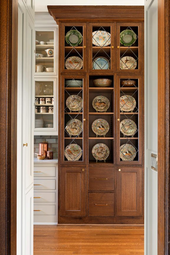 Mount Curve English Culinary contrast in cabinets by InUnison Design